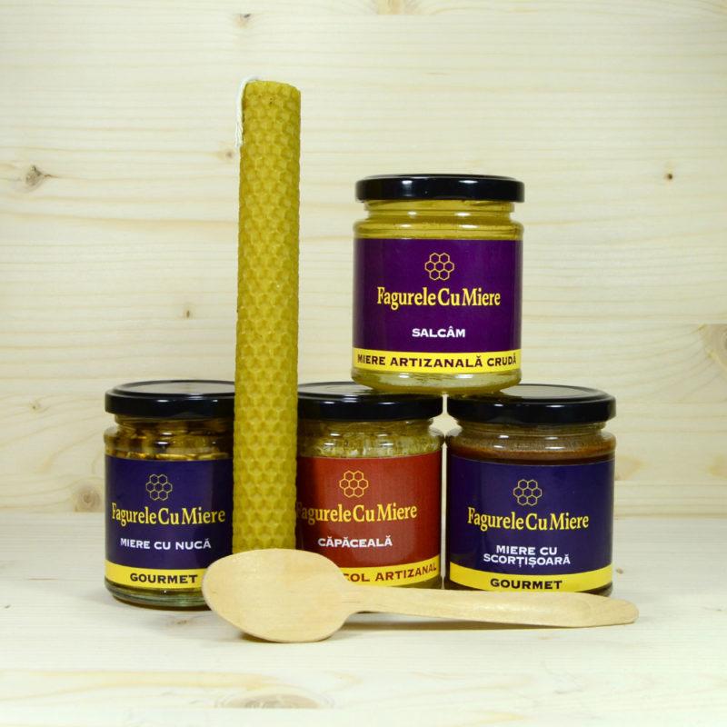 Contine: miere de salcam, miere cu scortisoara, miere cu nuci, capaceala de fagure, lumanare mare artizanala din ceara naturala, cu fitil propolizat, lingurita de lemn